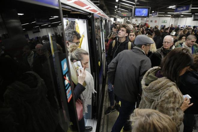 Aglomeraciones en la estación de Príncipe Pío durante una huelga en el Metro.