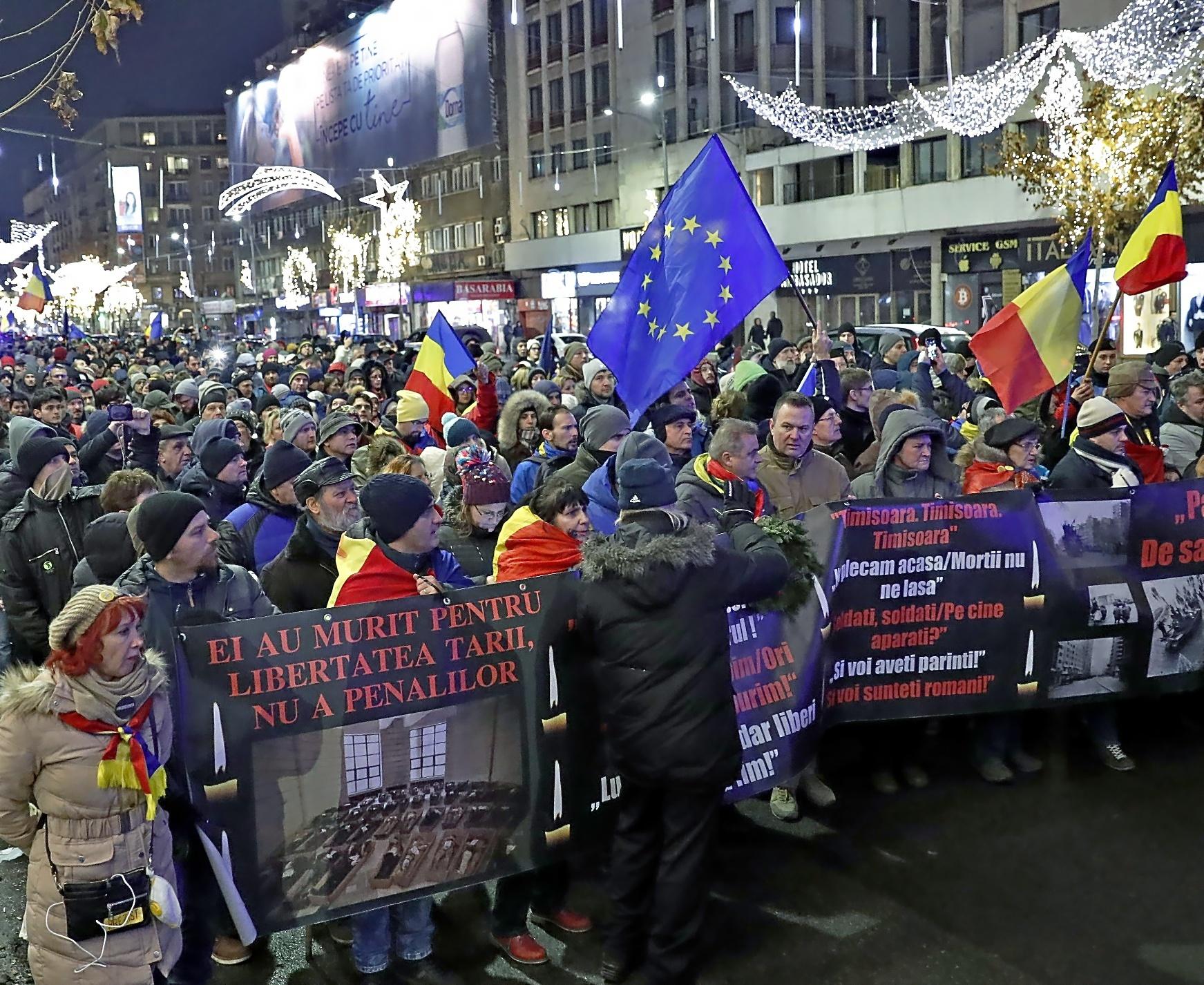 Centenares de rumanos se manifiestan en con banderas de la UE, marchando para conmemorar el levantamiento anticomunista de 1989, en Bucarest.
