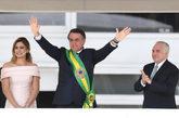 El nuevo presidente de Brasil saluda a los asistentes luciendo por fin...