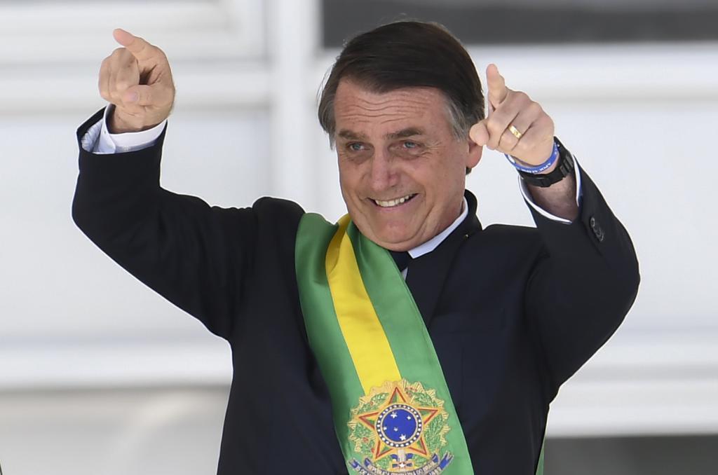 Jair Bolsonaro gesticula tras ser investido presidente de Brasil, ayer.