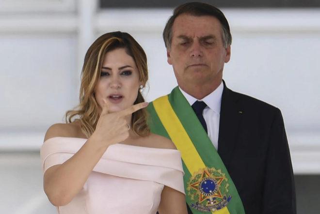 Michelle Bolsonaro, la nueva primera dama de Brasil, da un discurso en lengua de signos previo al de su marido, el nuevo presidente de Brasil, Jair Bolsonaro.