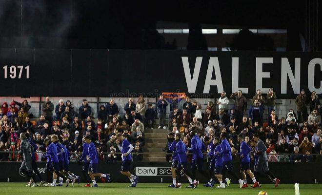 Los aficionados del Valencia cubren las gradas del estadio Antonio Puchades.