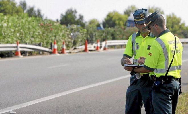 Dos agentes de la Guardia Civil de Tráfico, en una  imagen de archivo.