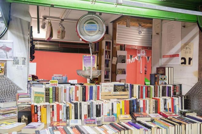 Libros al peso en un mercadillo de Madrid