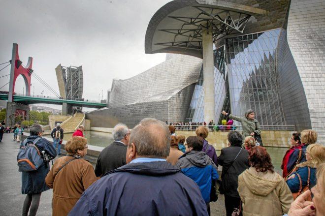 Un grupo de turistas ante el Guggenheim Bilbao.