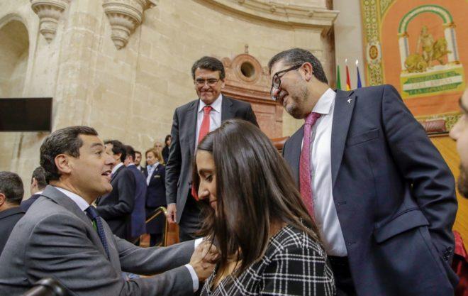 El candidato de Vox en Andalucía, Francisco Serrano, saluda del presidente del PP-A, Juan Manuel Moreno, el pasado día 27 en el Parlamento.