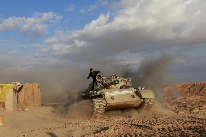 Soldados de las Unidades Populares de Movilización en un tanque en la frontera entre Irak y Siria.