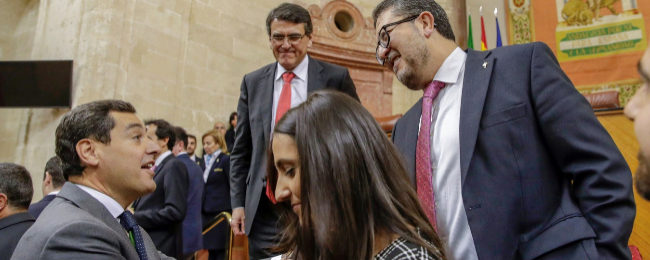El candidato de Vox  Andalucía  (derecha), saluda a presidente del...