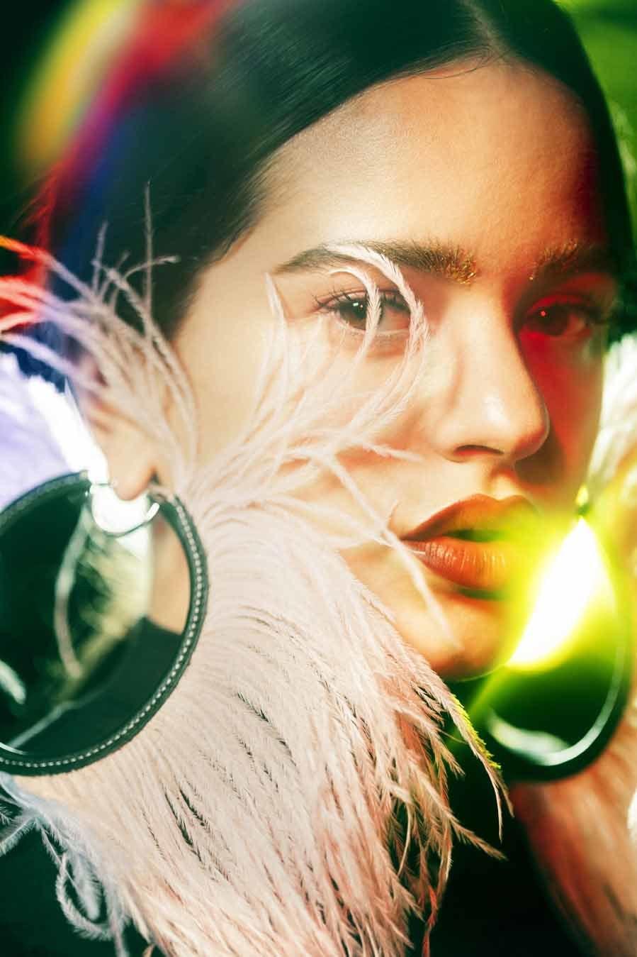 Rosalía lleva pendientes de Loewe y crop top de Adidas. Los labios...