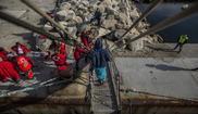 Miembros de Cruz Roja aguardan el desembarco de inmigrantes...