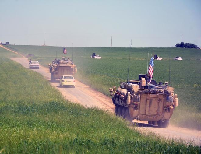 Imagen de archivo de una comitiva de tropas estadounidenses junto a...