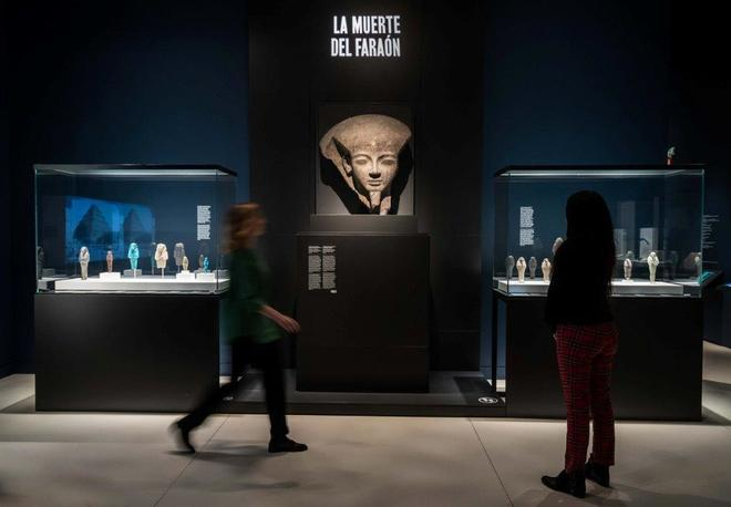 Dos visitantes en la exposición sobre Egipto, aún abierta al público y que está teniendo un gran éxito