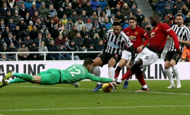 Lukaku mete el pie en la acción del 0-1 en St James' Park.