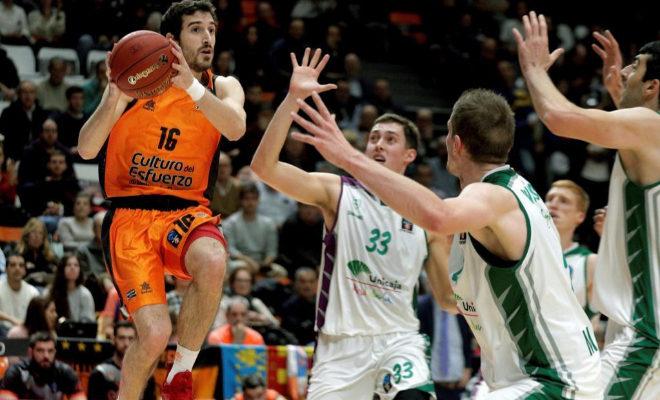 El base del Valencia Basket Guillem Vives salta junto al estadounidense Kyle Wiltjer, en el partido de la Eurocopa ante el Unicaja.