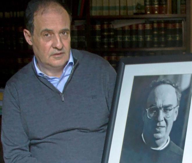 José María Múgica con un retrato de su padre.