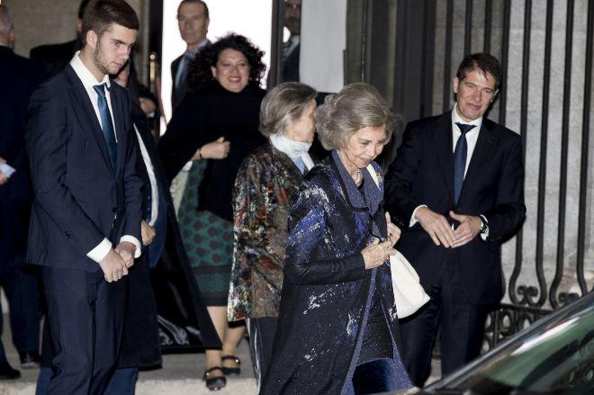 Juan Urdangarin, tras su abuela, la Reina Sofía, y la hermana de ésta, Irene.