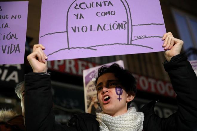 Una manifestante protesta contra La Manada en una protesta reciente en Madrid.