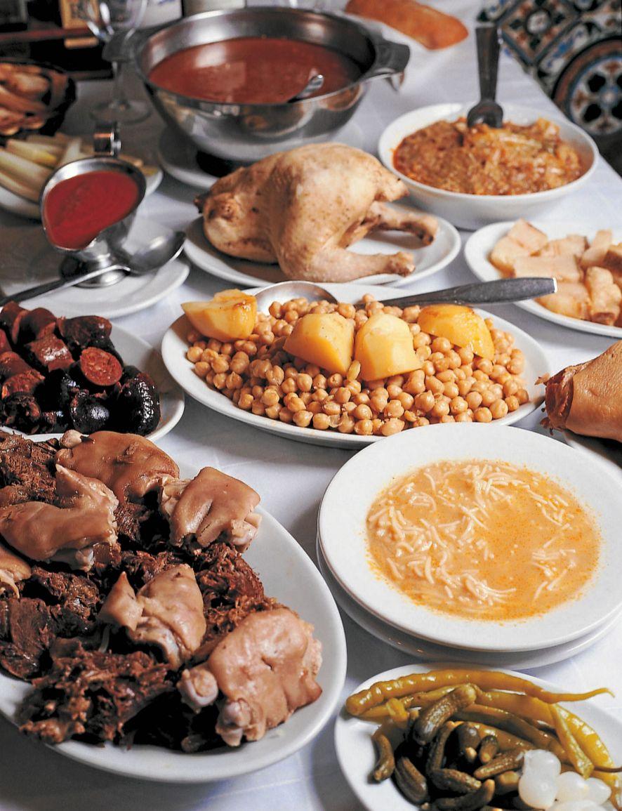 Como bien indica su apellido geográfico, se trata de una receta típica de Madrid, de origen más bien humilde que llegó a la alta sociedad poco a poco, gracias a su inclusión en los menús de los restaurantes. Se dice que debe servirse en tres vuelcos: primero la sopa de fideos (que se cuecen en el propio caldo del cocido), después los garbanzos con las verduras (repollo rehogado, zanahoria, nabo...) y las patatas y, por último, las carnes troceadas, las chacinas, el tocino y el hueso de caña con su tuétano. Además, el cocido madrileño suele acompañar el segundo vuelco de un condimento muy especial elaborado con tomate, ajo y comino. Sin olvidar la pelota, que se hace con el cocido finalizado (carnes bien deshilachadas mezcladas con especias, huevo y pan, todo bien frito en una sartén), que acompañan el tercer pase del suculento guisote. En Madrid se puede disfrutar en <strong>El Charolés</strong> (Floridablanca, 24. San Lorenzo de El Escorial), <strong>Malacatín </strong>(Ruda, 5), <strong>La Bola </strong>(Bola, 5) o <strong>La Cruz Blanca de Vallecas</strong> (Carlos Martín Álvarez, 58).
