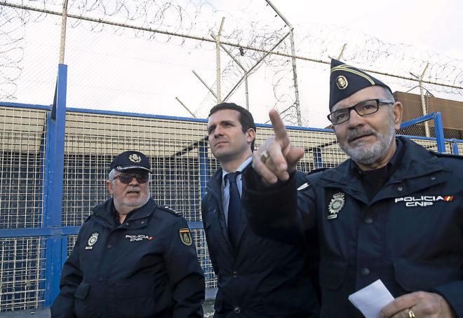 El presidente del PP, Pablo Casado, visita el puesto fronterizo de...