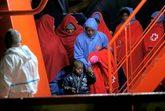 Una mujer y un niño inmigrantes desembarcan en el puerto de Málaga...