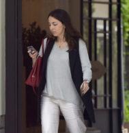 Alejandra Romero paseando por las calles de Madrid.