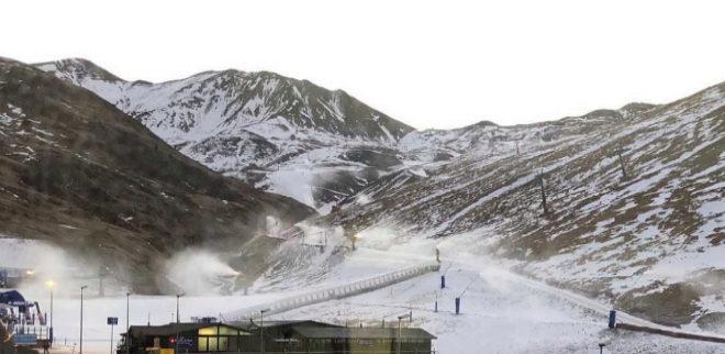 Cañones produciendo nieve en la estación de Astún.
