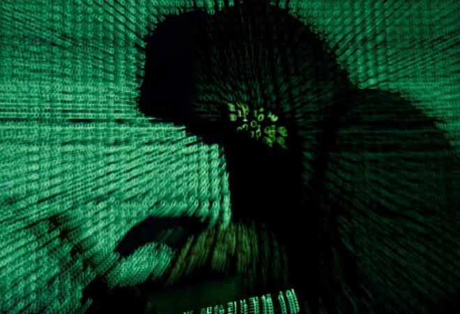 Código de programación proyectado sobre un internauta.