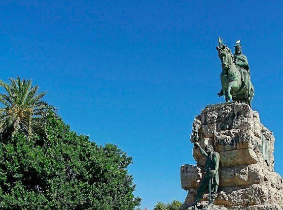 Estatua de Jaime I en la Plaza de España de Palma.