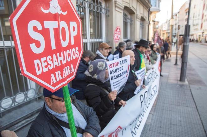 Decenas de personas secundan una la convocatoria de Stop Desahucios ante el Parlamento Vasco el mes pasado.