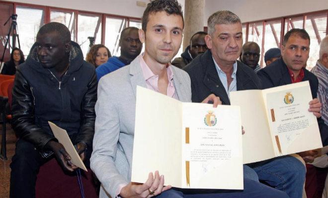 El capitán del pesquero de Santa Pola Nuestra Madre Loreto, Pascual Durá (2i), tras recibir la medalla de plata del ayuntamiento.