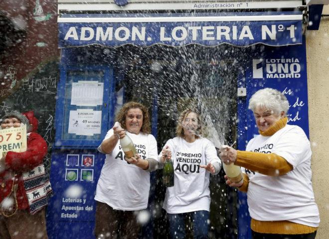 Una administración de Madrid celebra el segundo premio de la Lotería...