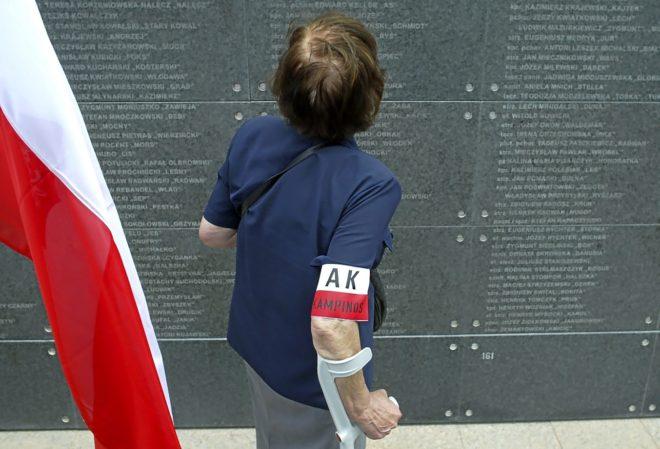 Una partisana frente al muro en honor a los alzados, de los que hoy viven 2.000.