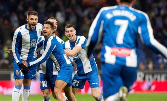 Borja Iglesias festeja junto a sus compañeros el gol del triunfo en Cornellá.