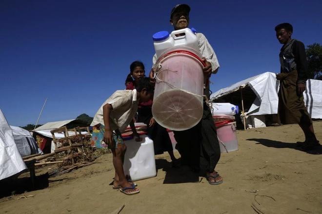 Familias de desplazados que han huido de los combates en el campo de Ponnagyun.