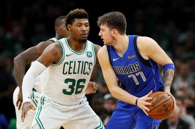 Luka Doncic, ante el escolta de los Celtics Marcus Smart.