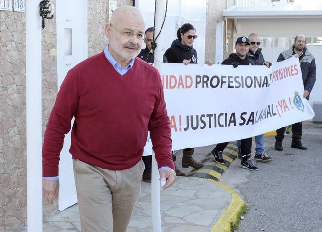 El ex conseller Cardona saliendo de la cárcel.