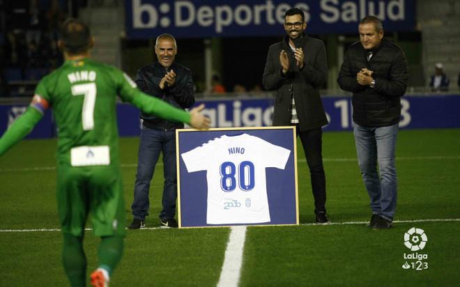 Nino, del Elche, recibe la camiseta personalizada del Tenerife por los 80 goles en el equipo canario.