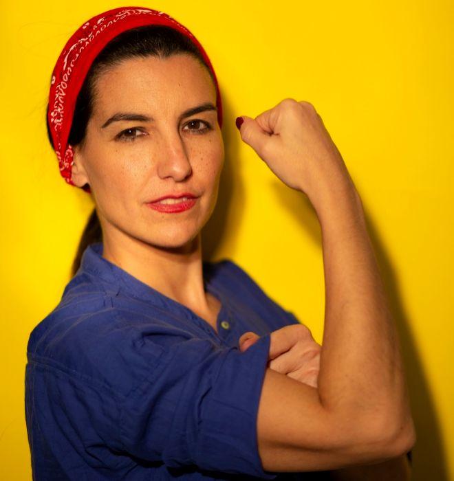 Rocío Monasterio posa emulando el mítico cartel de 'Rosie, la remachadora', en su oficina de arquitecta en Madrid.