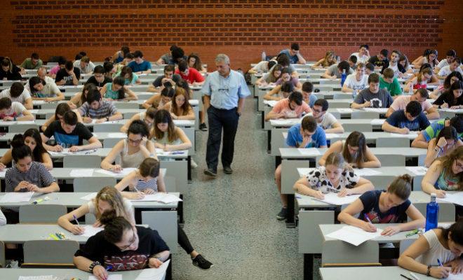 Un profesor vigila un examen en una clase de una universidad valenciana.