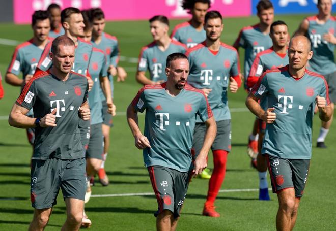 Franck Ribéry (en el medio), durante el entrenamiento del Bayern en Doha.