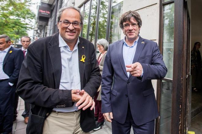 Quim Torra y Carles Puigdemont, sonríen, antes de una de sus reuniones en Bruselas.