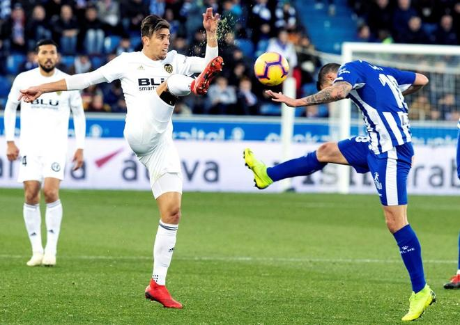 Borja González (dcha.) lucha por el balón con el brasileño Gabriel Paulista.