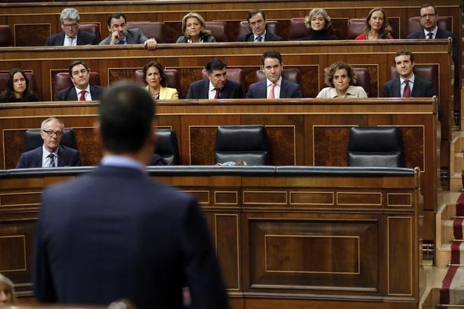 El presidente del Gobierno, Pedro Sánchez, se dirige desde la tribunal del Congreso a la bancada popular con Pablo Casado al frente