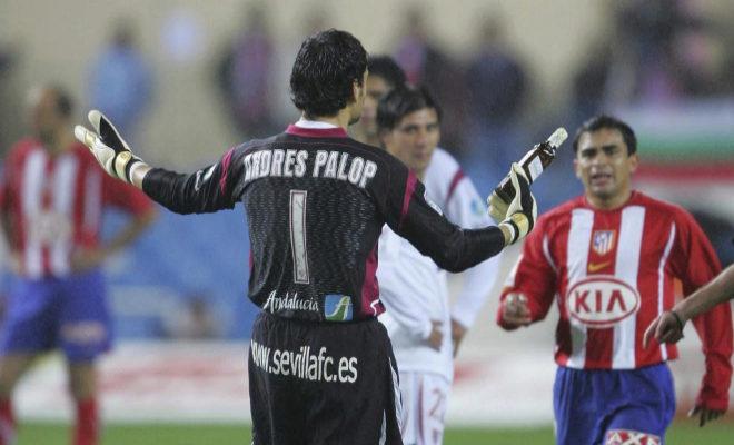 Palop, portero del Sevilla, muestra una botella lanzada desde la grada del Calderón en 2006.