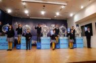 Los niños de San Ildefonso muestran el  tercer premio de la lotería de El Niño