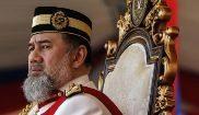 El abdicado rey de Malasia, Mohamed V de Kelantan, en un acto oficial...
