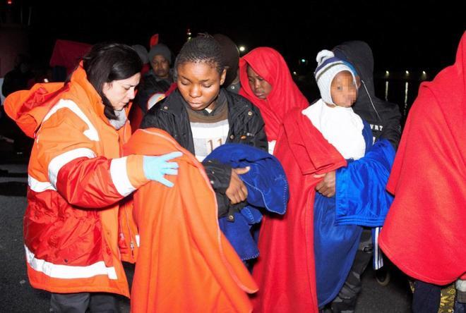 Un grupo de mujeres y sus bebés trasladados al puerto de Motril.