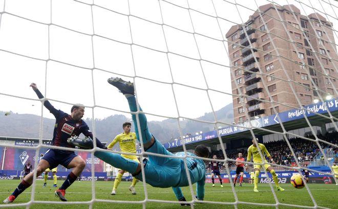 Asenjo despeja el balón en el partido disputado en Ipurua.