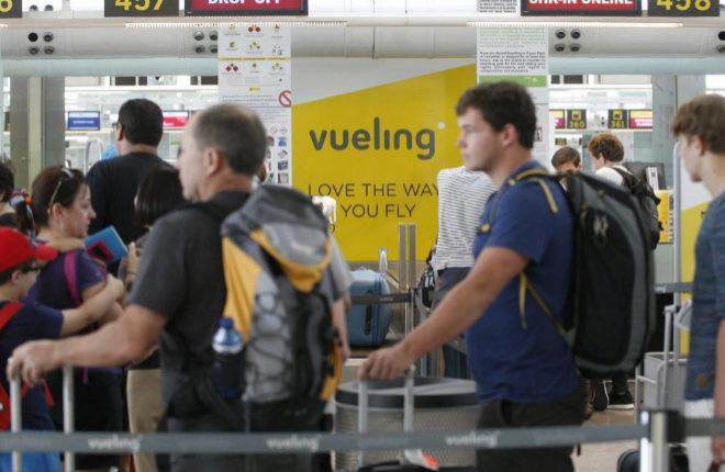 Mostradores de Vueling de Aeropuerto de Barcelona en julio de 2016: colas  por los retrasos y cancelaciones de la compañia aerea con sede en Barcelona.