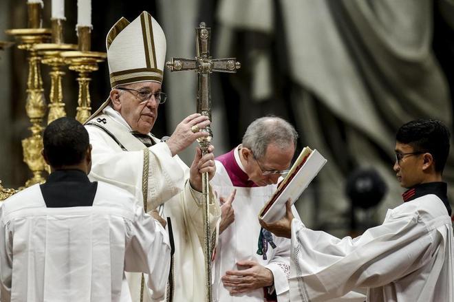 El Papa Francisco celebra la misa de la Epifanía, hoy en el Vaticano.